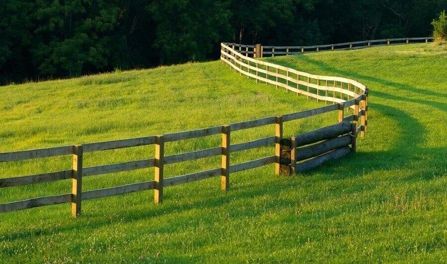 foto com cerca de madeira