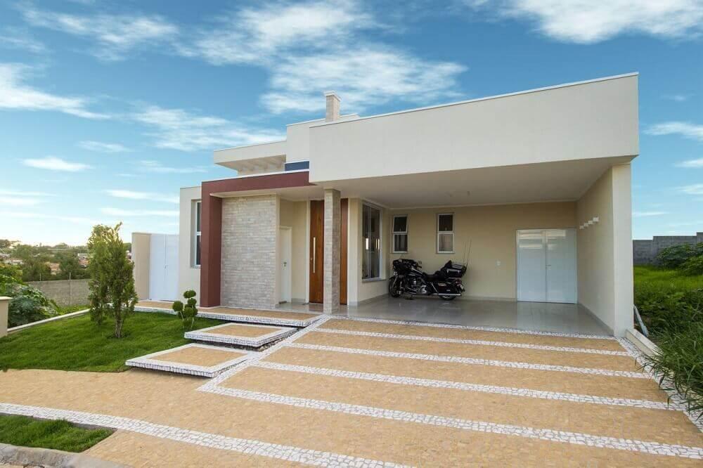 Frente de casa com telhado platibanda