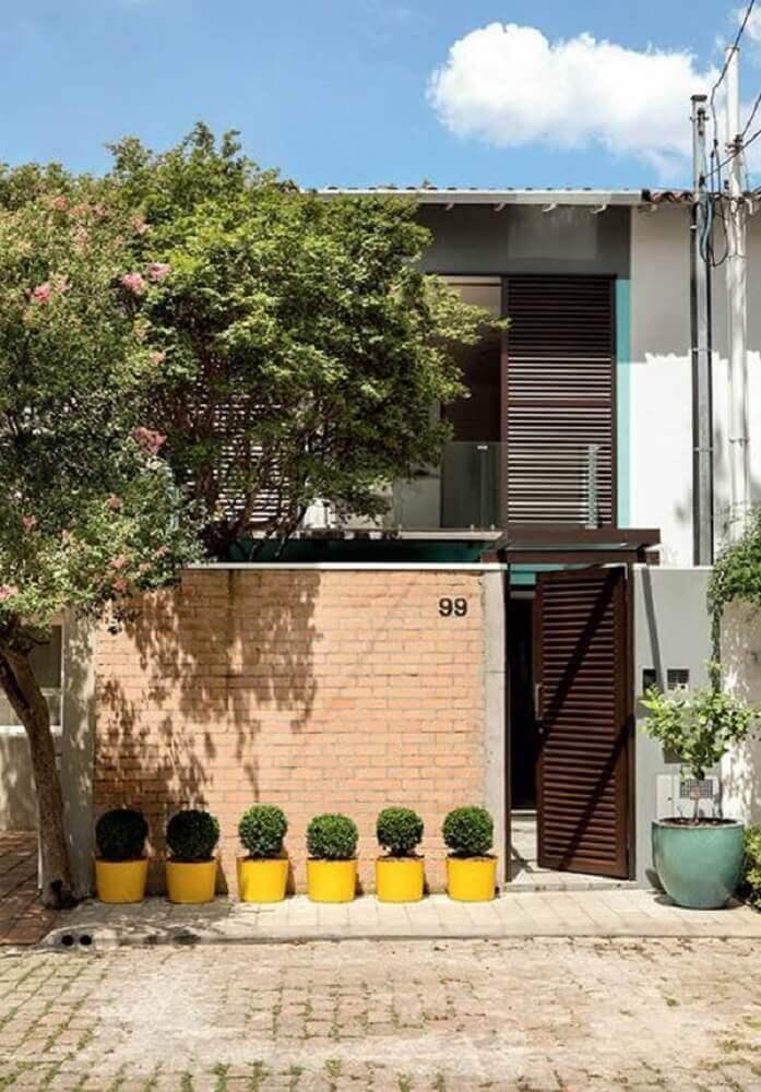 frente de casas com muro de tijolo a vista