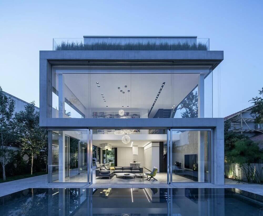 frente de casas com paredes de vidro
