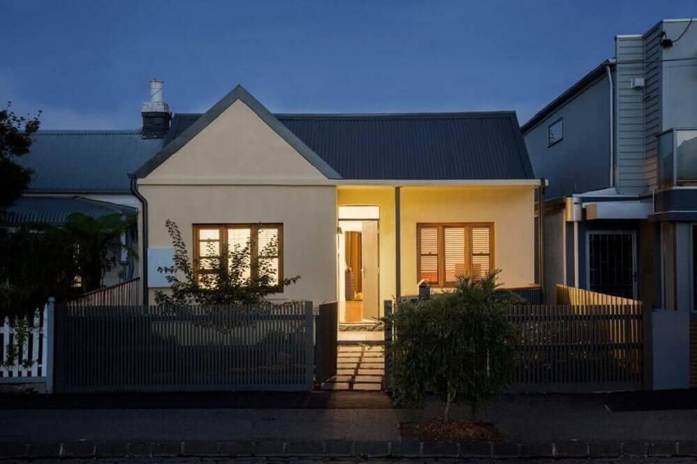 frente de casas simples com cerca