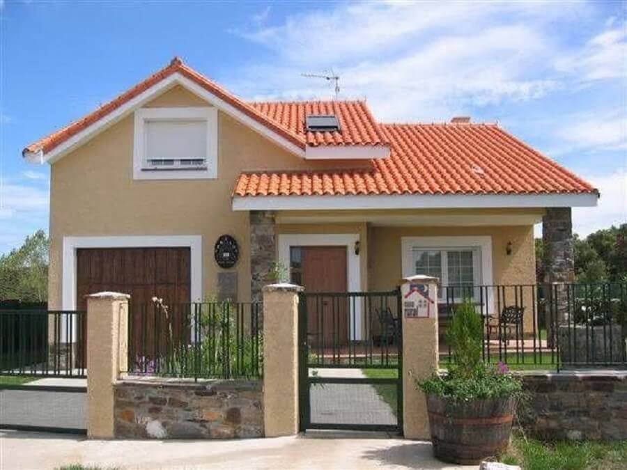 Frente de casas simples com muro baixo