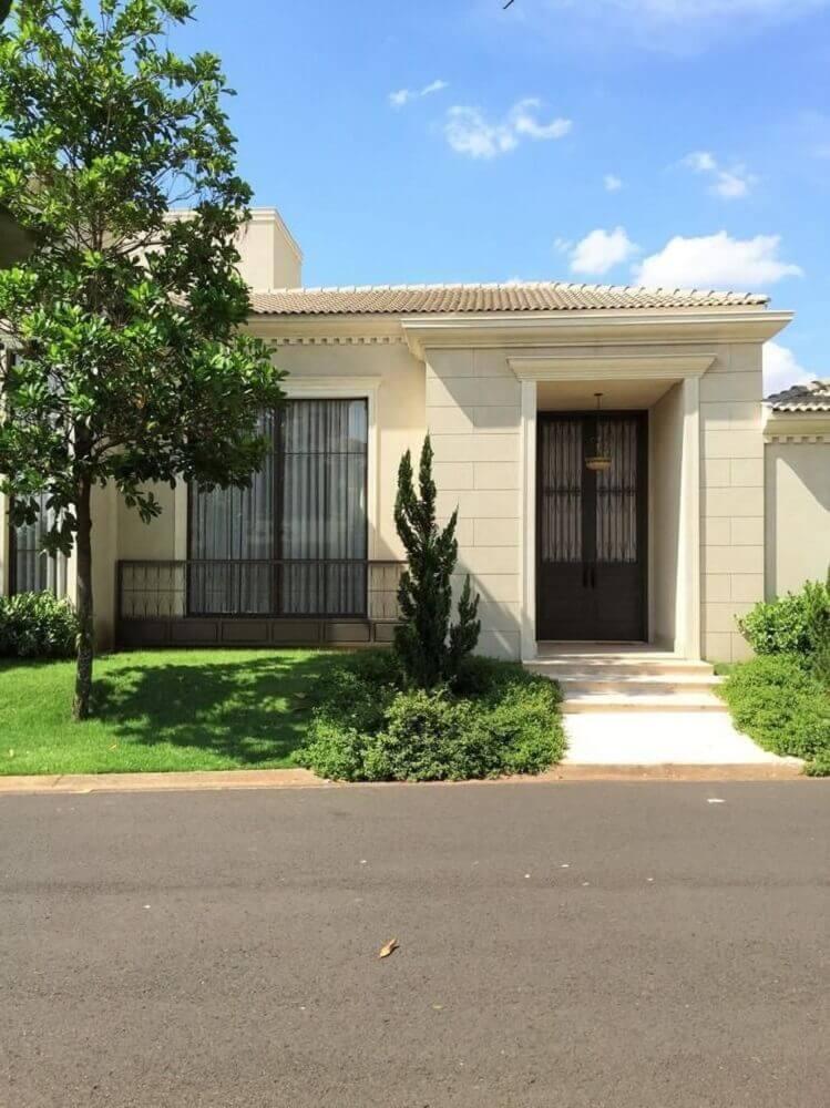 frente de casas simples com pequeno jardim