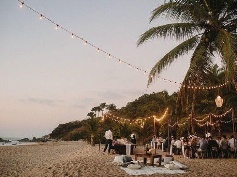 iluminação para casamento na praia de noite