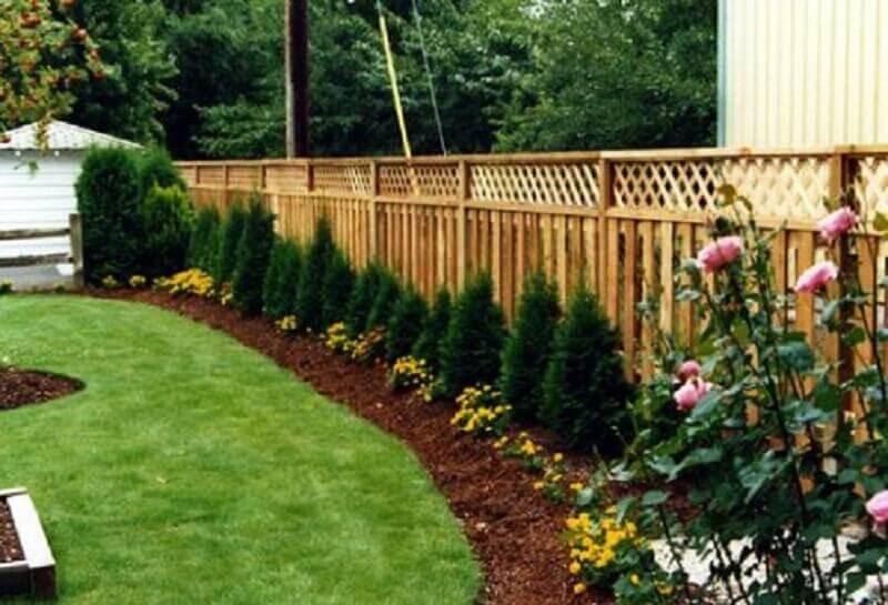 jardim com cerca de madeira