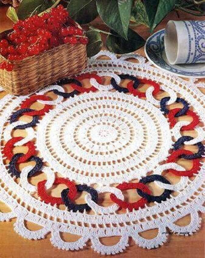 jogo americano de crochê redondo com detalhes coloridos
