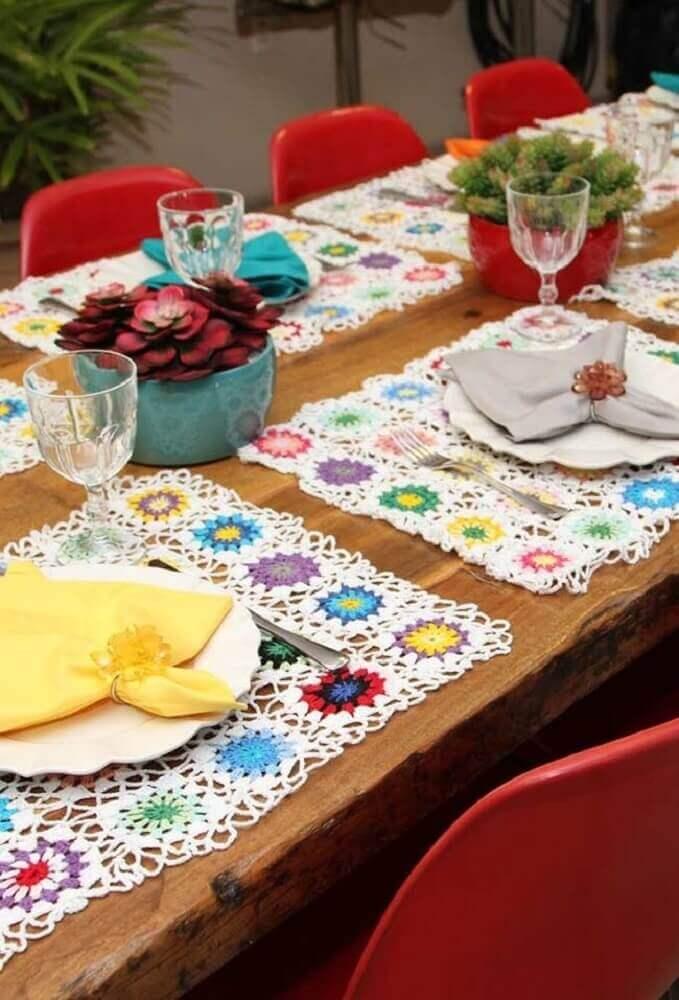 jogo americano de crochê retangular com detalhes coloridos