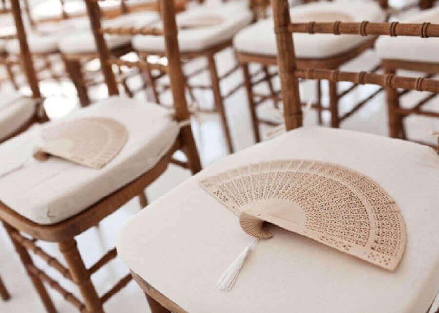 leques para decoração de noivado na praia Foto Spazio Buffet