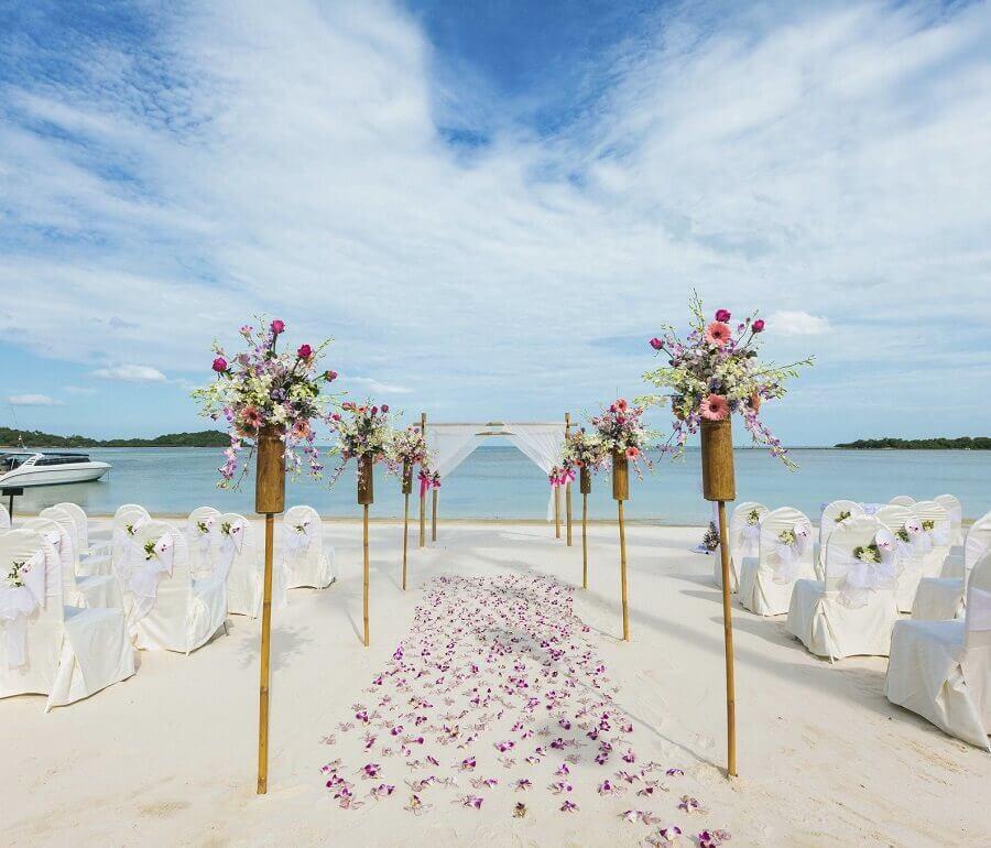 iluminação aconchegante para casamento na praia de noite