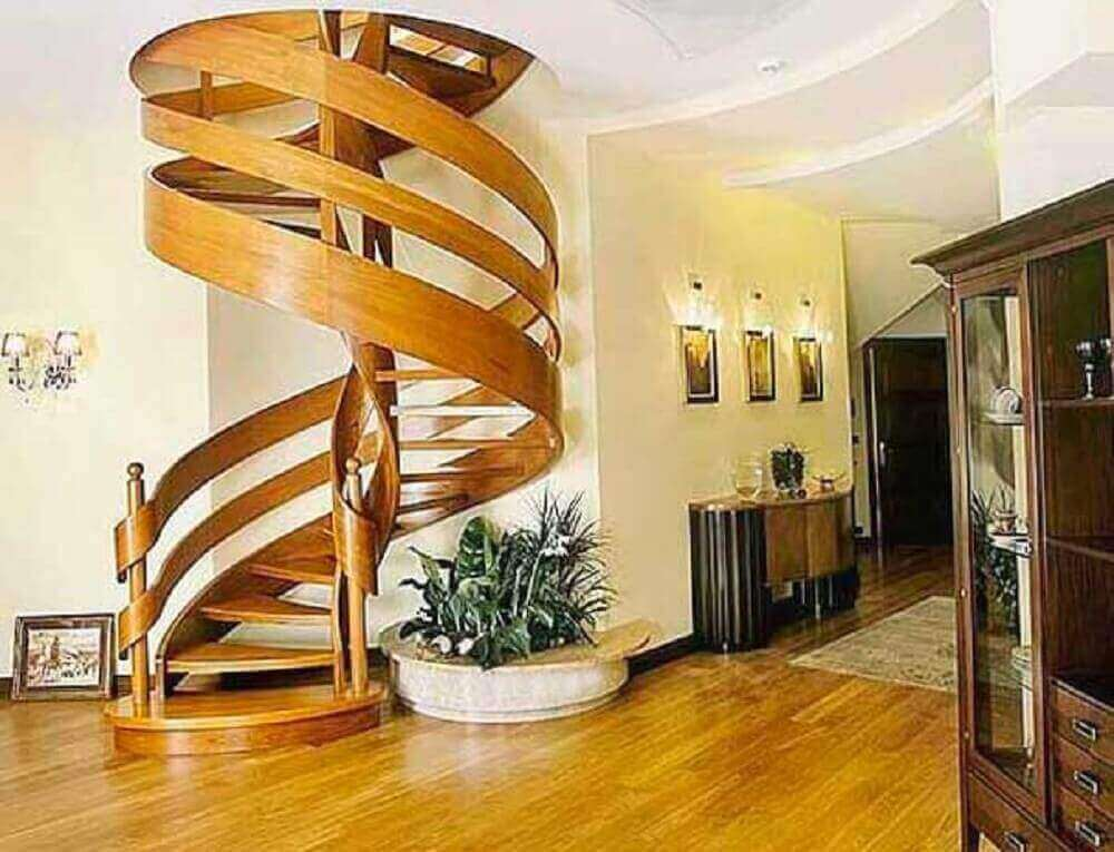 escada arrojada de madeira