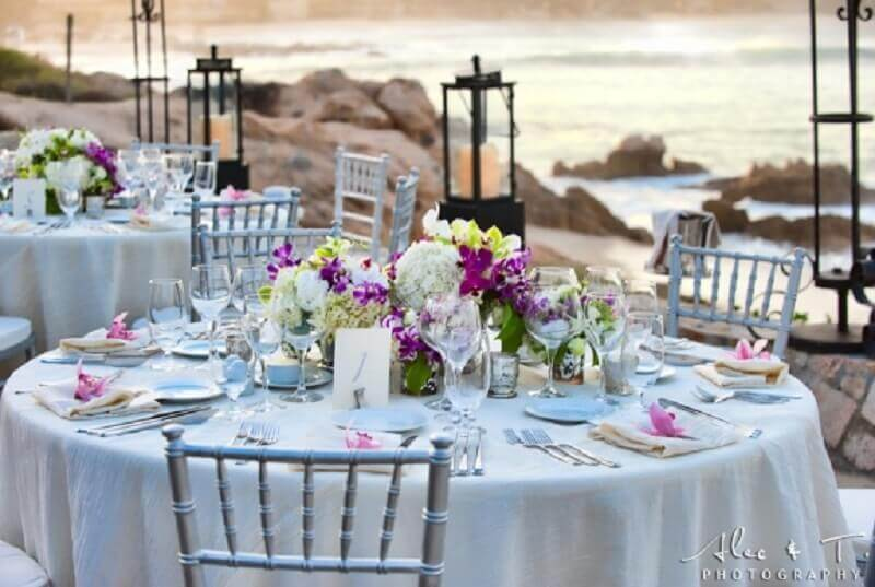 mesa com flores para casamento na praia