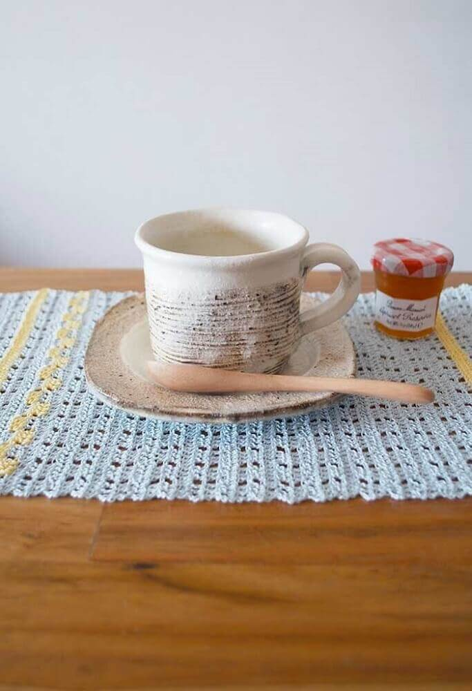 mesa com jogo americano de crochê