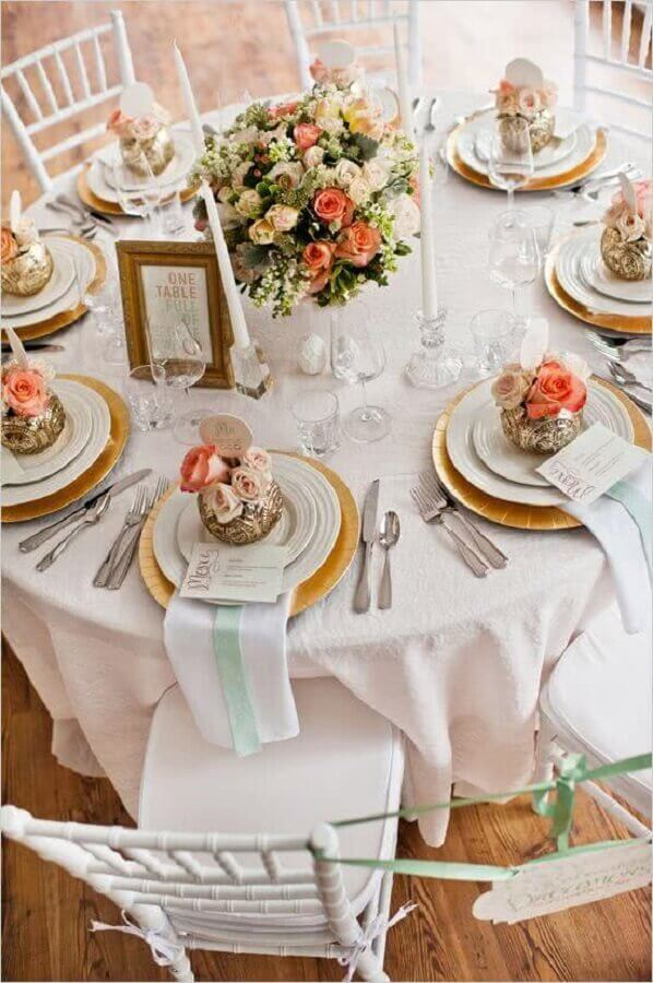mesa de casamento decorada com rosas delicadas