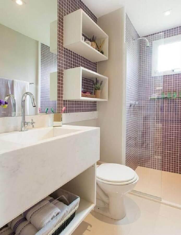 modelo de banheiro com pastilha e decoração simples