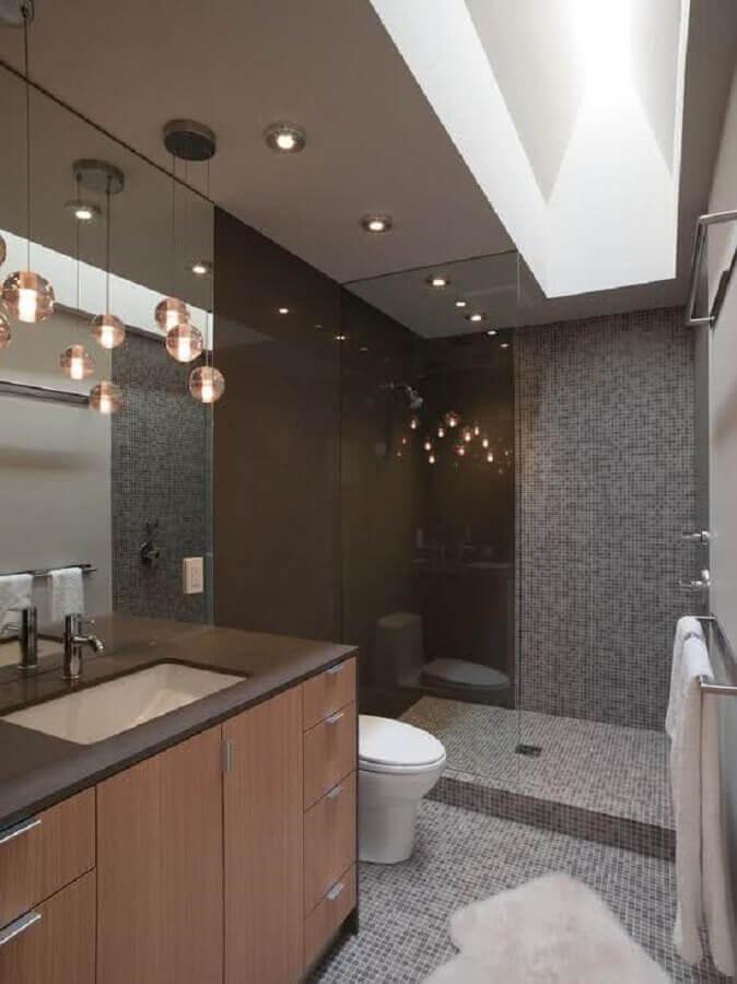 modelo de banheiro com pastilha e pendentes