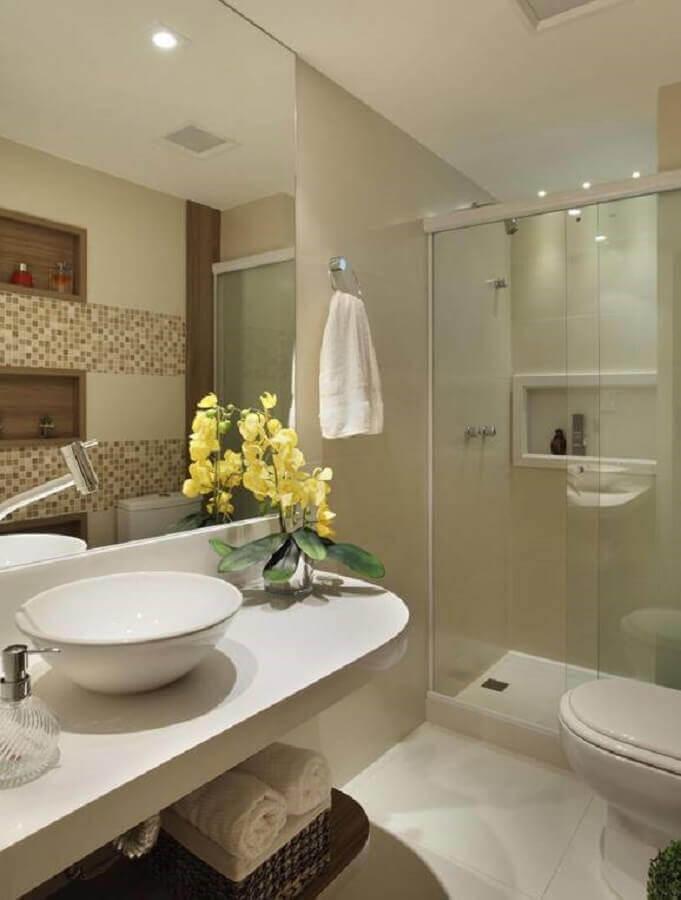 modelo de banheiro simples com pastilhas na parede