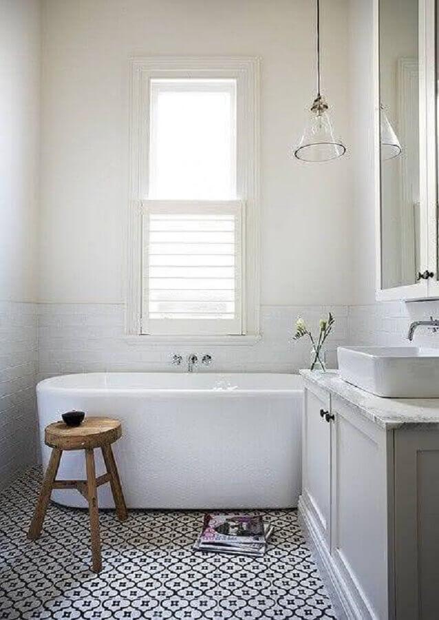 modelo de banheiro simples com piso estampado