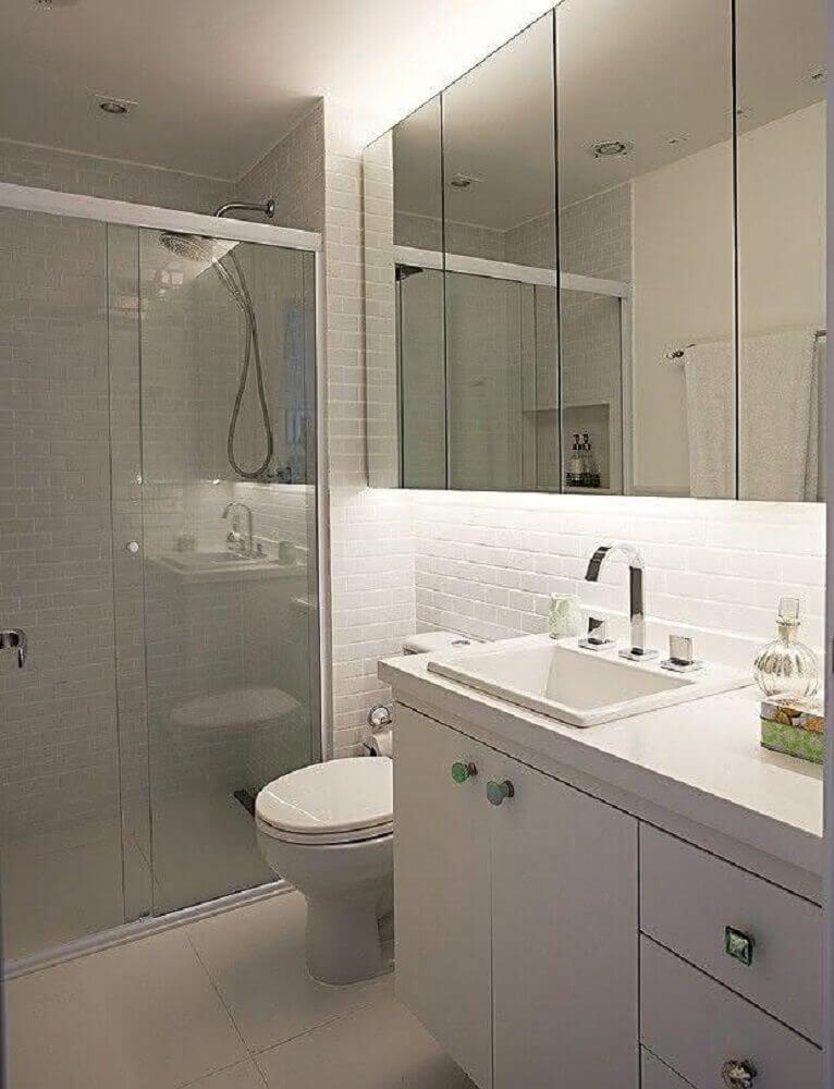 modelo de banheiro simples com revestimento de azulejo de metrô