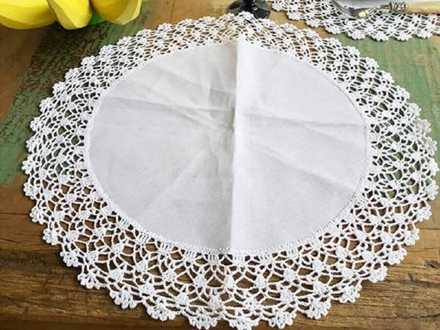 modelo de jogo americano de crochê redondo e branco