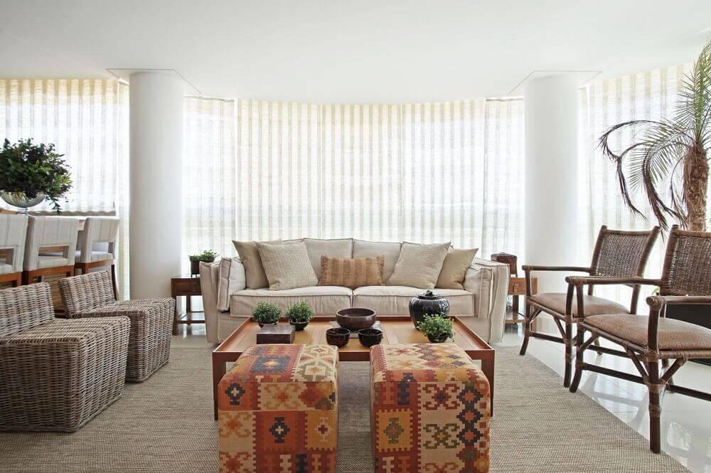 modelo estampado de puff para sala de estar com cores neutras