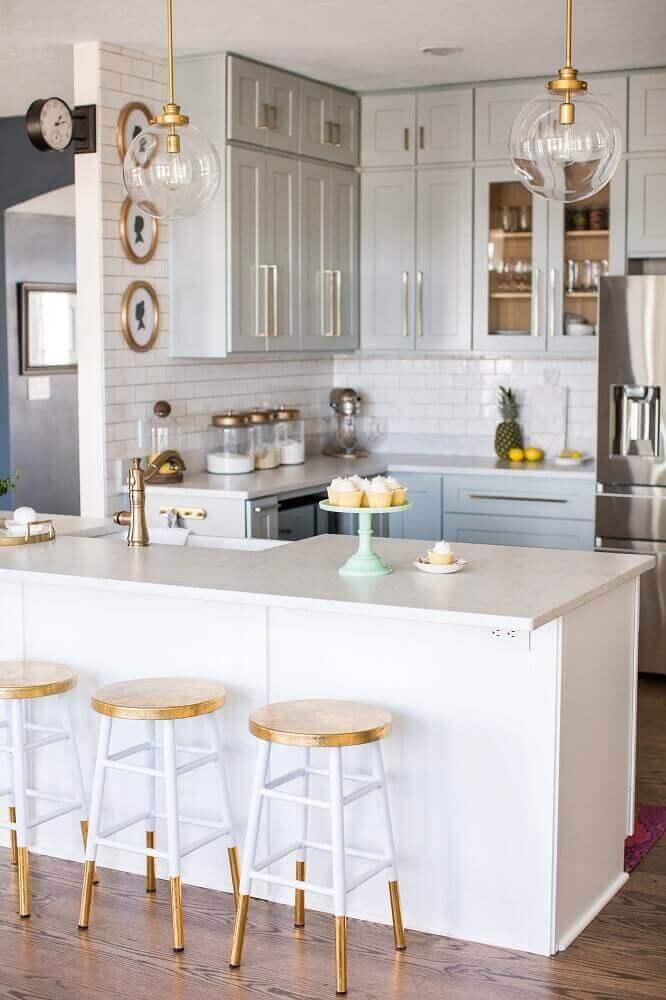 modelo simples de banquetas para cozinha com decoração branca e dourada Foto Southern Hospitality