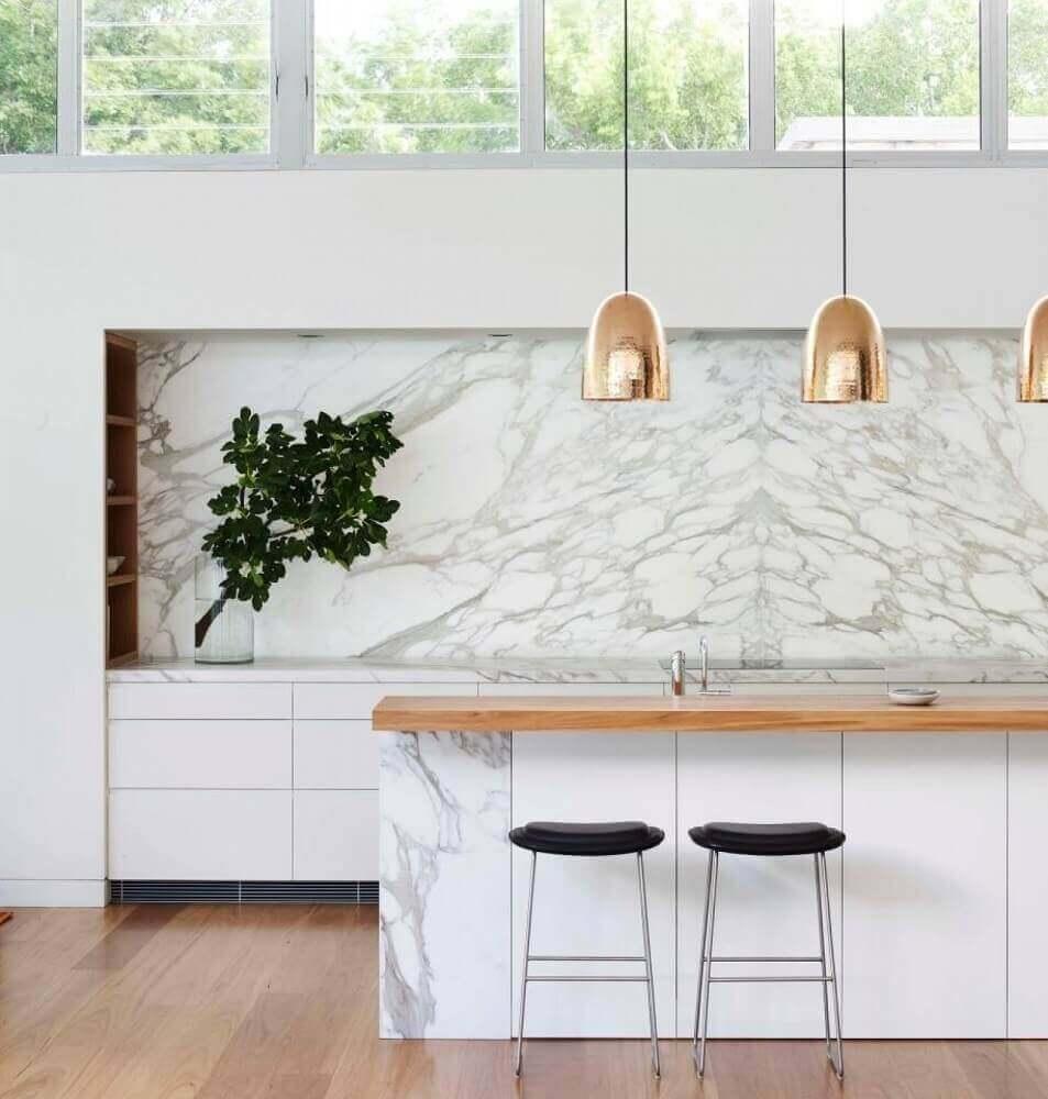 modelo simples de banquetas para cozinha com decoração sofisticada Foto Arent & Pyke