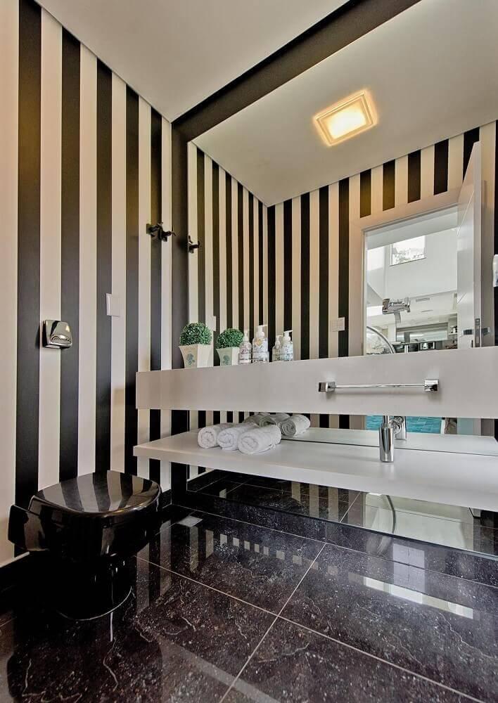 modelos de banheiro preto e branco com papel de parede listrado