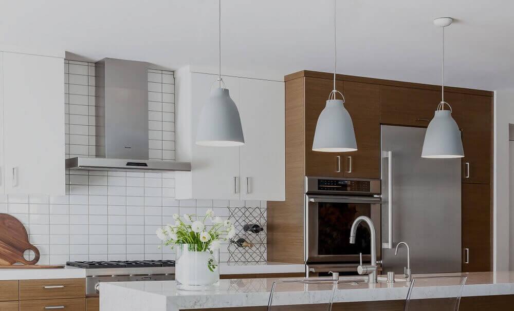modelos de pendentes brancos para bancada de cozinha