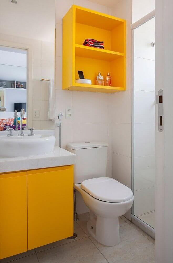 nicho colorido para modelo de banheiro pequeno