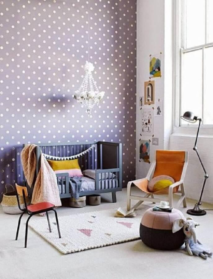 papel de parede para quarto de bebê com cores neutras e poá