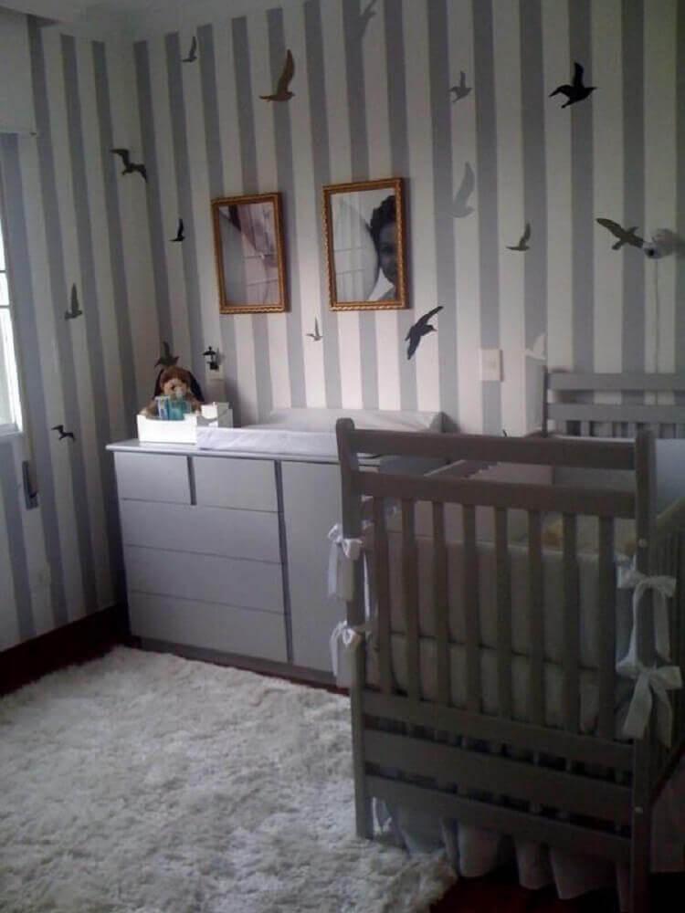 papel de parede para quarto de bebê com estampa listrada e pássaros