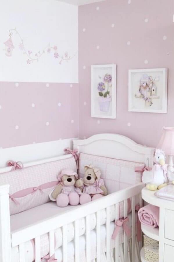 papel de parede para quarto de bebê feminino com bolinhas brancas e fundo lilás