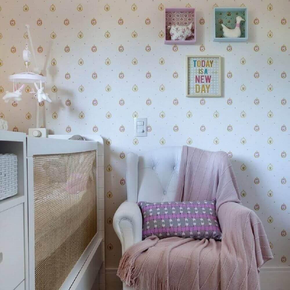 papel de parede para quarto de bebê feminino com estampa de coroa