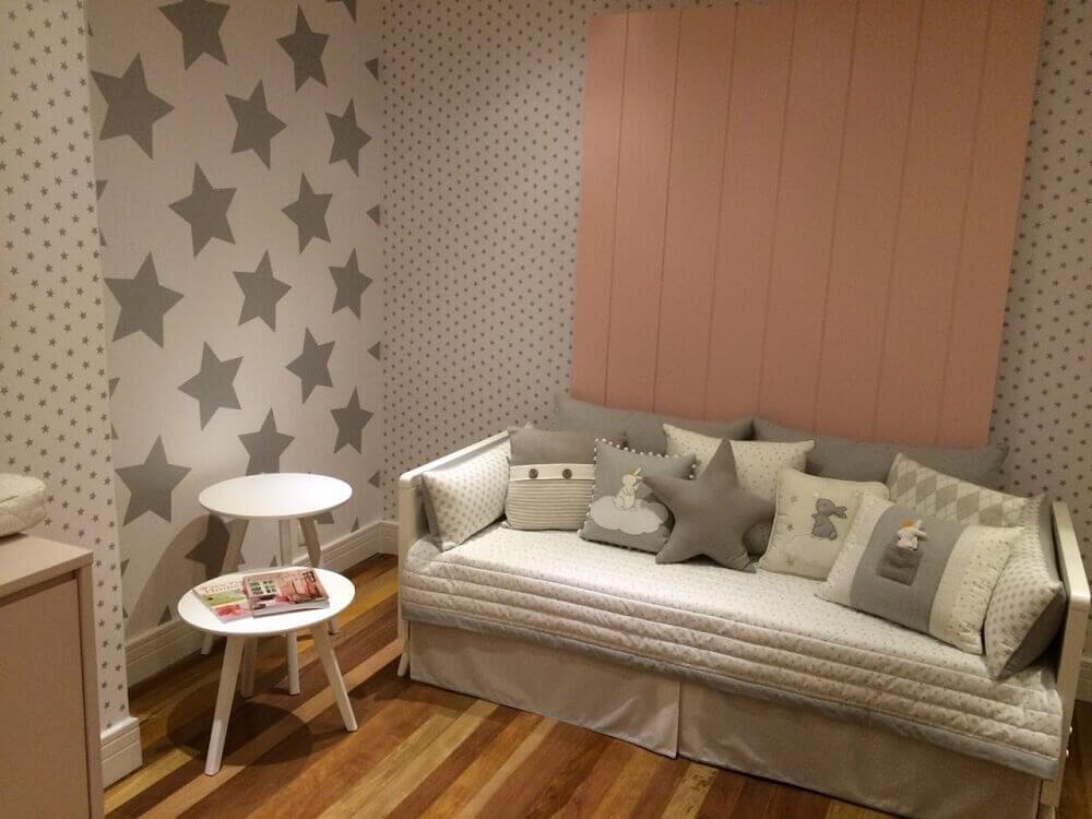 papel de parede para quarto de bebê feminino com estampa de estrela