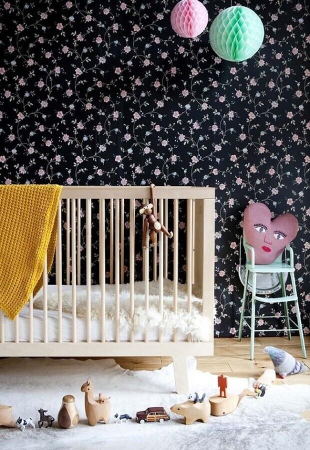 papel de parede para quarto de bebê feminino com flores em fundo azul marinho Foto Madame Décore