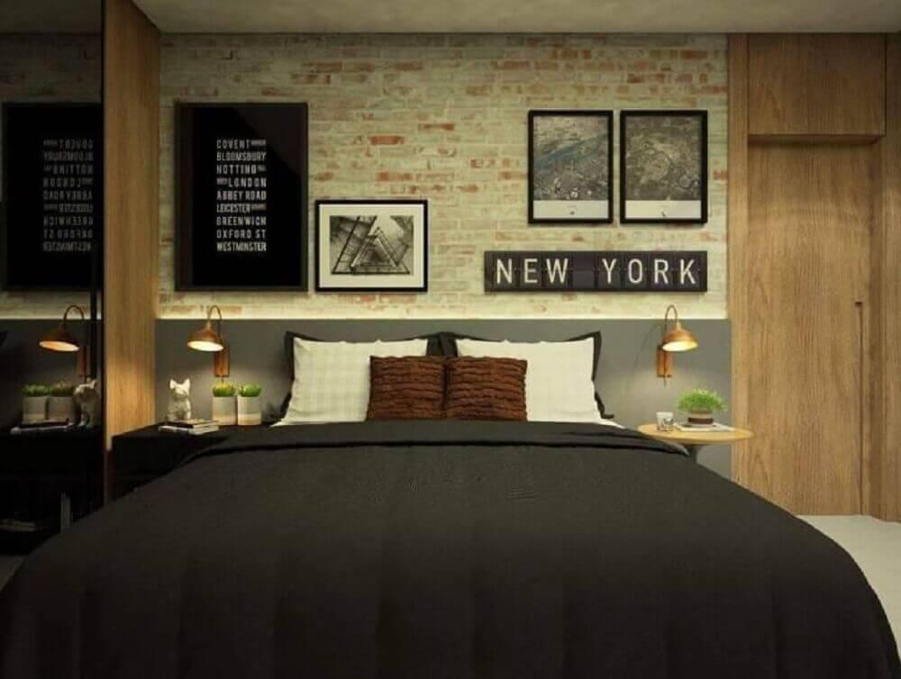 papel de parede para quarto de casal com estampa de tijolinho e quadros na parede