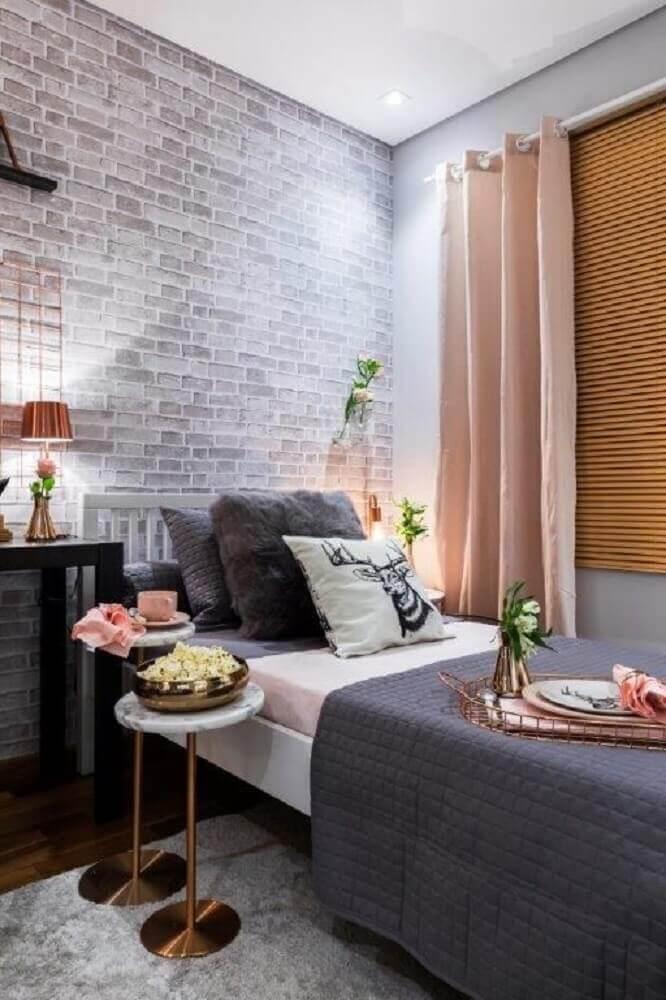 papel de parede para quarto feminino com estampa de tijolinho e decoração em tons de cinza e cobre