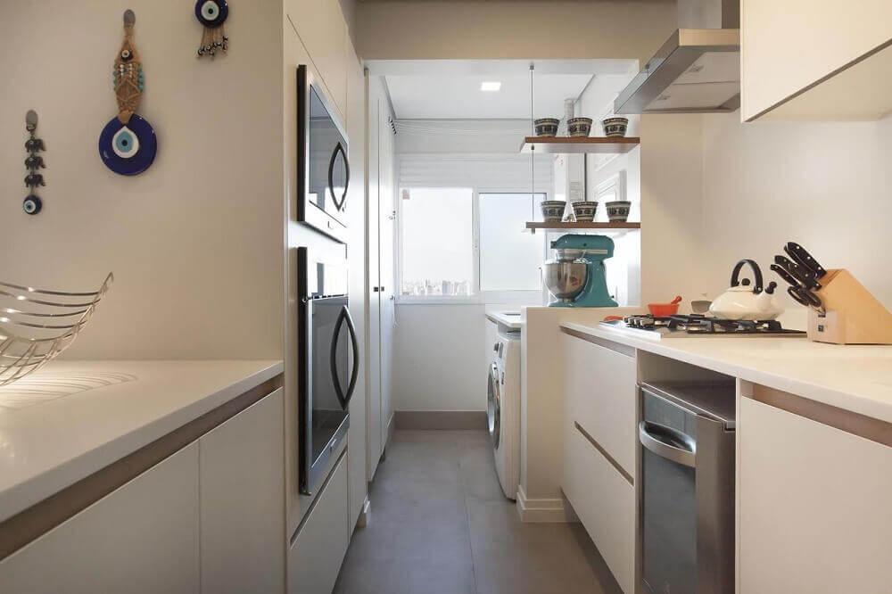 pequena cozinha planejada com coifa de alumínio