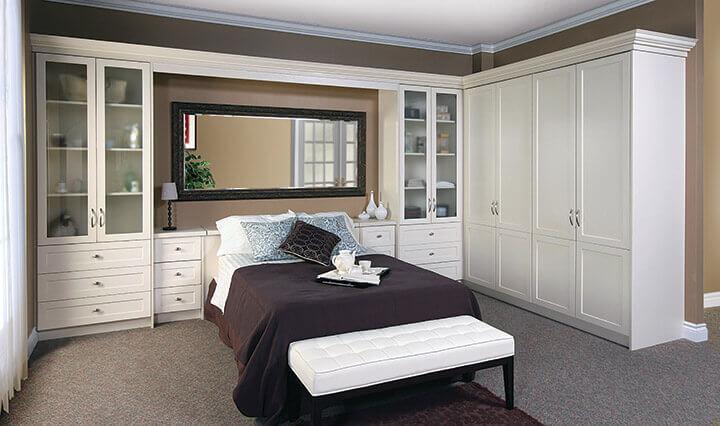 quarto de casal com armário com cama embutida