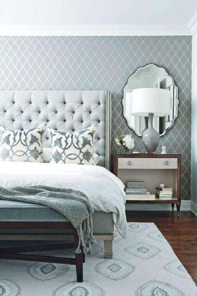 quarto de casal com decoração em tons de cinza e papel de parede