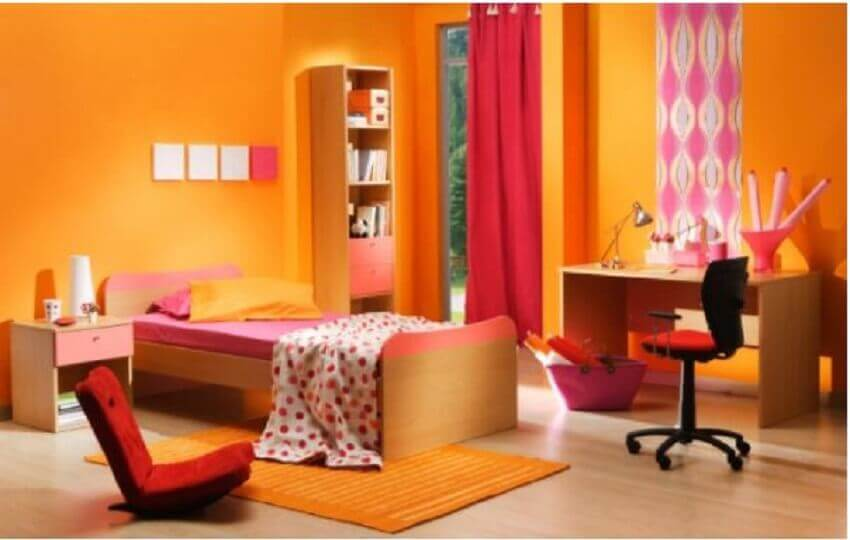 quarto decorado com cores vivas