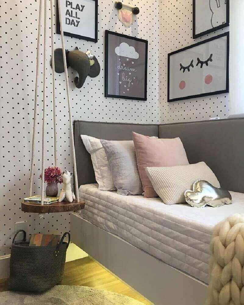 quarto feminino estilo tumblr com papel de parede de bolinhas pretas