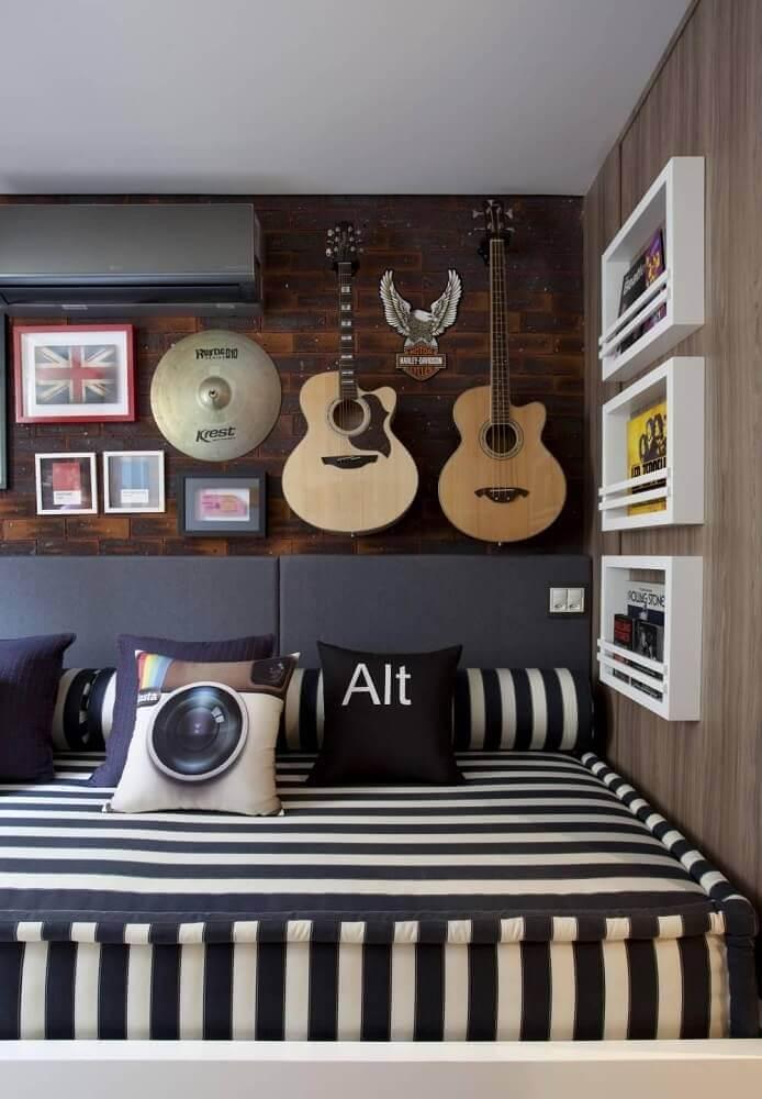 quarto juvenil masculino com violão e quadros