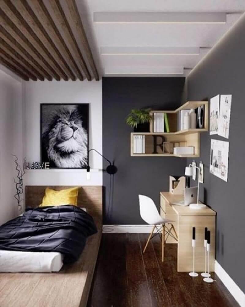 quarto juvenil masculino decorado com quadros e detalhes em madeira