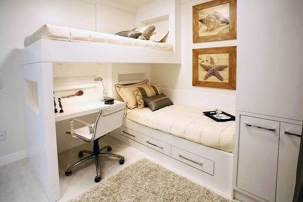 Decoração de quarto neutro com beliche e armário embutido