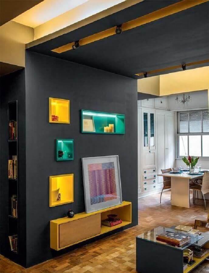 sala com nichos coloridos e embutidos