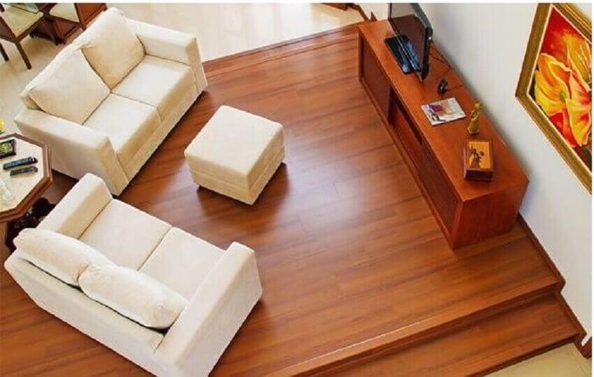 sala com piso laminado imitando madeira