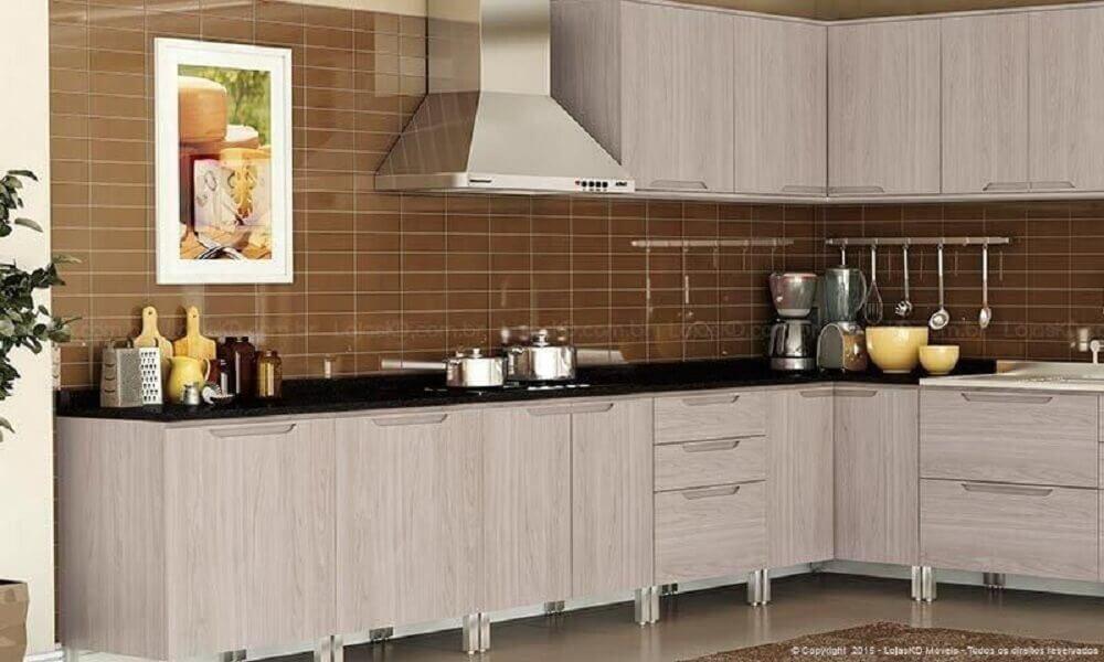 Simples cozinha planejada com coifa de alumínio