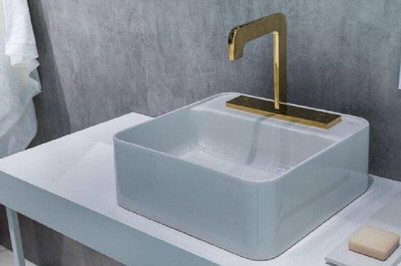 torneira dourada para pia de banheiro branco