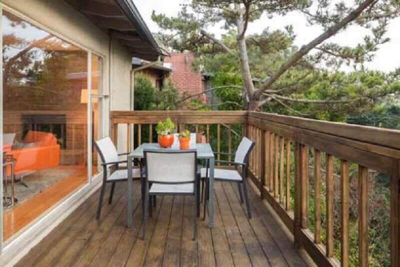 varanda com cerca de madeira